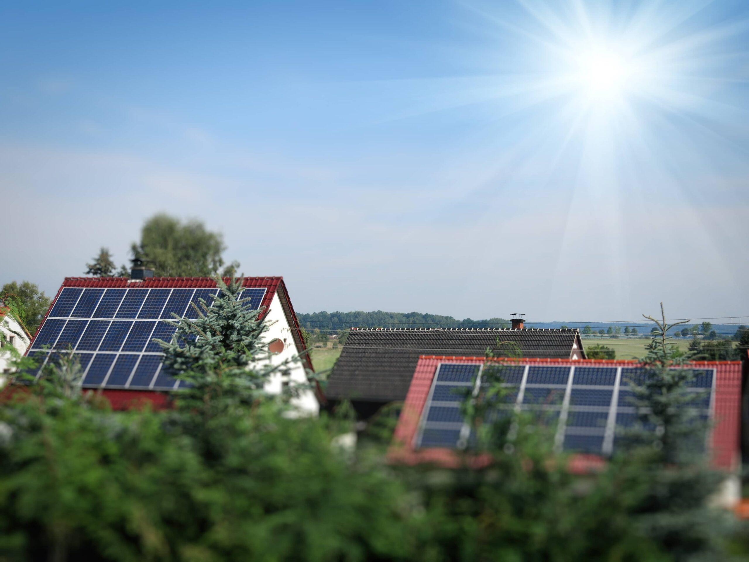panneaux solaires sur toits de maisons en Wallonie